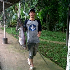 Photo taken at Pemancingan Tambok Lobu by Ahmad T. on 1/21/2012