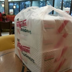 Photo taken at 크리스피크림도넛 / Krispy Kreme Doughnuts by Go Eun C. on 12/12/2012
