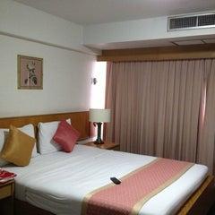 Photo taken at Samran Place Hotel (โรงแรมสำราญเพลส) by Pakawieng เ. on 1/24/2013