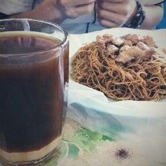 Photo taken at Kedai Kopi Seng Nyen by Vino KЯB™ on 10/18/2012