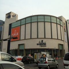 Photo taken at 갤러리아백화점 (Galleria Department) by Yoonseok H. on 4/1/2013