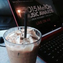 Photo taken at OldTown White Coffee by Jasmin R. on 11/7/2015