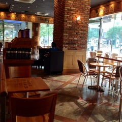 Photo taken at The Coffee Bean & Tea Leaf by Merilyn K. on 7/27/2014