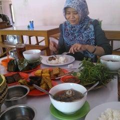 Photo taken at Rumah Makan Ibu Haji Ciganea by Hendro P. on 11/20/2012