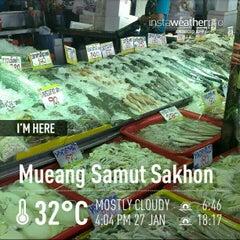 Photo taken at ตลาดทะเลไทย (Talaythai Market) by Pawoot (Pom) P. on 1/27/2013
