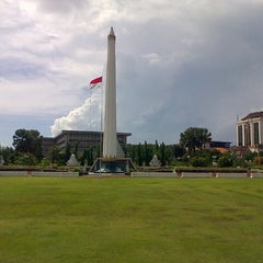 Photo taken at Tugu Pahlawan by Iqball B. on 5/20/2013