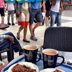 Photo taken at Wayne´s Coffee by Zozo on 8/7/2015