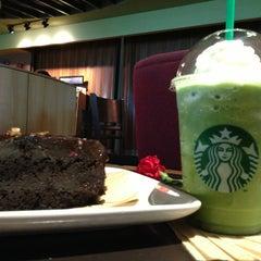 Photo taken at Starbucks by Yuri G. on 4/23/2013