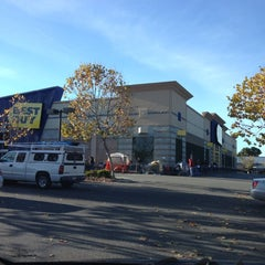 Photo taken at Best Buy by Yacchy on 11/22/2012