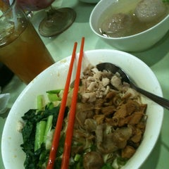 Photo taken at Bakmi Gang Kelinci by Ayu N. on 12/16/2012