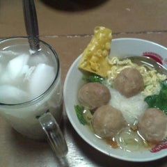 Photo taken at Bakso Sido Mandiri by Heri G. on 9/24/2013