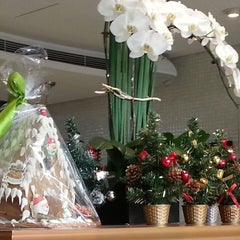 Photo taken at Parkyard Station Deli Shop By Parkyard Hotel Shanghai by Amit G. on 12/1/2013