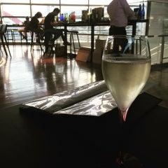 Photo taken at ワールド・ワインバー by ピーロート(World Wine Bar by Pieroth) 羽田空港店 by Nobuyuki H. on 8/6/2015