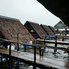 Photo taken at ร้าน 333 หาดแหลมโพธิ์ by kasi n. on 10/12/2014