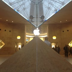 Photo taken at Apple Store, Carrousel du Louvre by Serge V. on 11/18/2012