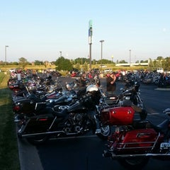 Photo taken at Quaker Steak & Lube® by Dennis A. on 7/11/2014