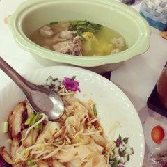 Photo taken at ก๋วยเตี๋ยวต้มยำ ชามใหญ่ by Mix M. on 9/2/2014