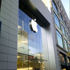 Photo taken at Apple Store, Sainte-Catherine by Franklin G. on 10/26/2012