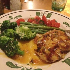 Photo taken at Olive Garden by Samma B. on 2/7/2013