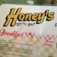 Photo taken at Honey's Sit 'n Eat by Felipe O. on 4/7/2013