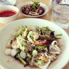 Photo taken at Katak Kitchen (ไก่ทอด ส้มตำ) by G J. on 9/26/2013