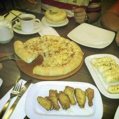 Photo taken at Pizza Hut by Nanda W. on 3/16/2013