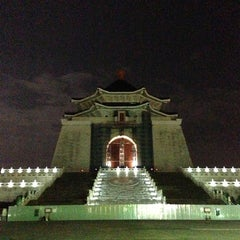Photo taken at 中正紀念堂 Chiang Kai-Shek Memorial Hall by Benny P. on 12/29/2012