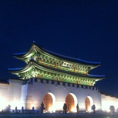 Photo taken at 광화문 (光化門, Gwanghwamun) by Frank H. on 11/10/2012