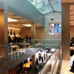 Photo taken at Apple Store, North Michigan Avenue by Meiya F. on 11/9/2012