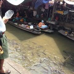 Photo taken at ตลาดน้ำตลิ่งชัน (Taling Chan Floating Market) by Wafiq R. on 4/7/2013