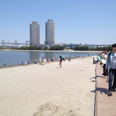 Photo taken at お台場海浜公園 (Odaiba Marine Park) by Tomoki N. on 4/28/2013