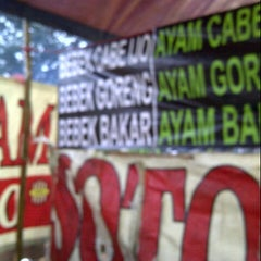 Photo taken at BEBEK GORENG SBY by Djony H. on 1/31/2014