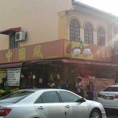Photo taken at 688 中国风 (Six Eight Eight Hot Market Sdn. Bhd.) by Ahmad Kamal E. on 7/16/2015