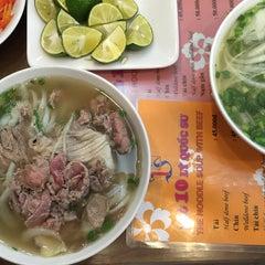 Photo taken at Phở 10 Lý Quốc Sư by Yian on 11/6/2015