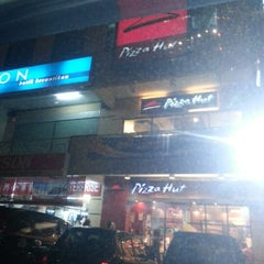 Photo taken at Pizza Hut by Han on 12/12/2012