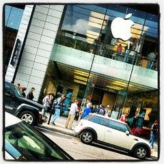 Photo taken at Apple Store, Sainte-Catherine by Ellie Mahathir on 9/27/2012