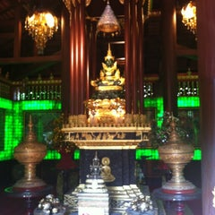 Photo taken at วัดพระแก้ว (Wat Phra Kaeo) by Nutt I. on 11/18/2012