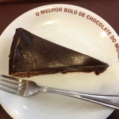 Photo taken at O Melhor Bolo de Chocolate do Mundo by Leandro C. on 1/18/2014