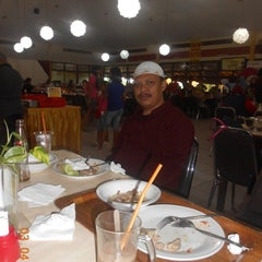 Photo taken at Restoran Pringsewu by Ustadz Hilman W. on 5/6/2015