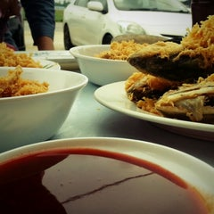 Photo taken at Firdausy Seafood Corner by Mohd Suhaimi M. on 1/17/2014