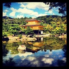 Photo taken at 北山 鹿苑寺 (金閣寺) (Kinkaku-Ji Temple) by Kira A. on 10/9/2012