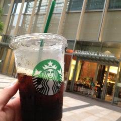Photo taken at Starbucks Coffee 東京ミッドタウン コンプレックス スタジオ店 by Roger on 7/10/2013