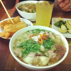 Photo taken at Phở 10 Lý Quốc Sư by Punnie 토. on 9/11/2012