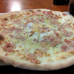 Photo taken at Imperial Pizzeria by Raquel G. on 8/12/2014