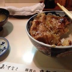 Photo taken at 豚丼 まむろ by Katsuyoshi M. on 8/9/2013
