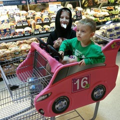 Photo taken at Jewel-Osco by Peter K. on 5/9/2015