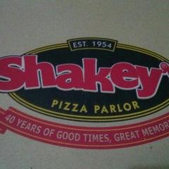 Photo taken at Shakey's by Jennifer R. on 10/25/2015