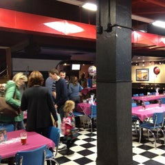 Photo taken at Winking Lizard Tavern by Derrek T. on 11/10/2012