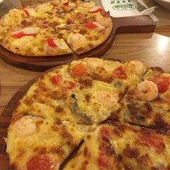 Photo taken at The Pizza Company (เดอะ พิซซ่า คอมปะนี) by Juiize L. on 3/8/2016