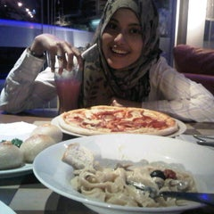Photo taken at Izzi Pizza by mita r. on 9/14/2013
